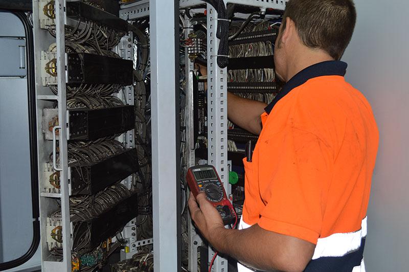Operario testeando sistema electrico