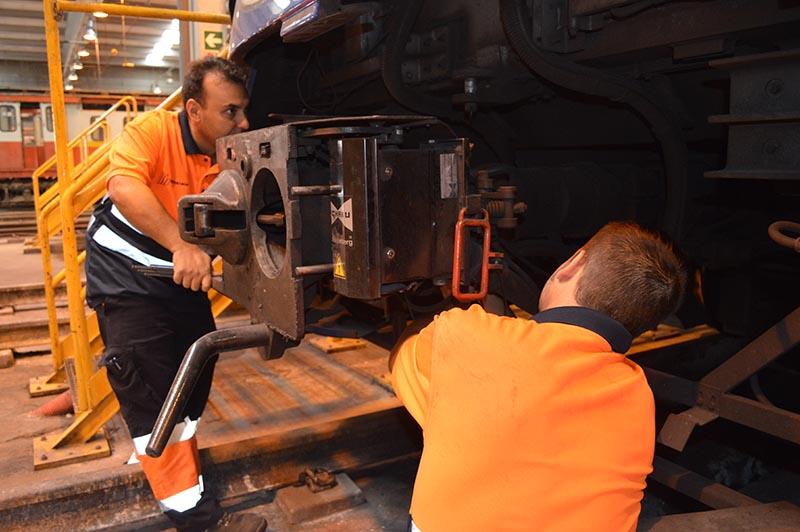 Operarios instalando tren